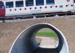 Der Regionalzug überquert das verbaute Wellstahlrohr.