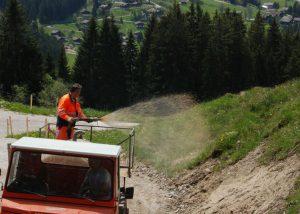 Für die Hochlagenbegrünung in den Alpen wird ein Spezialfahrzeug eingesetzt.