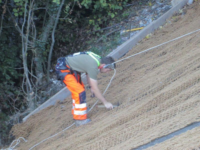 Um das EcoTex Kokosnetz zu befestigen, mussten die Mitarbeiter wie Alpinisten angeseilt werden