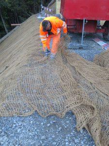 La natte de coco EcoTex est coupée au sommet du talus