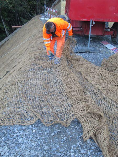 Zuschneiden des Kokosnetzes und Befestigen mit Metallhaften
