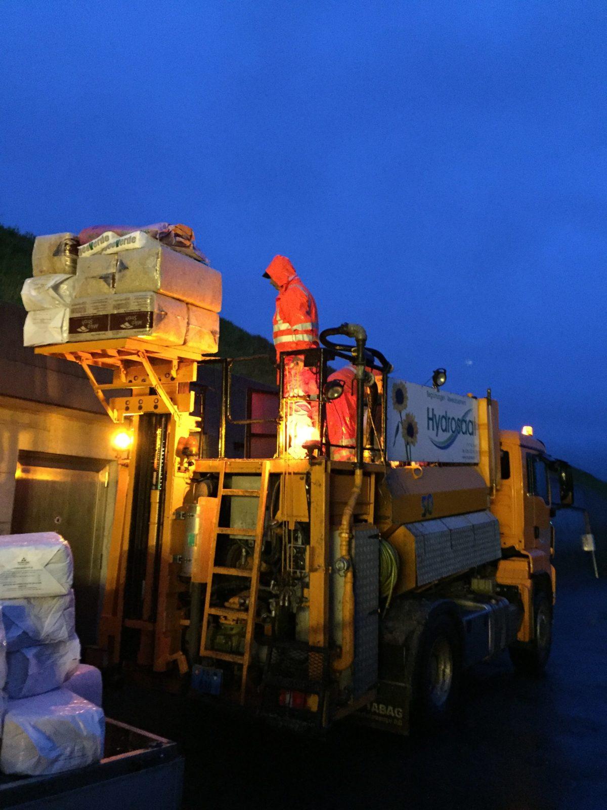 Préparation du semis qui est projeté depuis le camion.